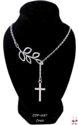 Collier aux pendentifs croix et branches argentées