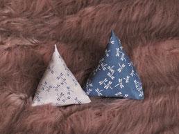 Katzenspielzeug Pyramiden Libellen-Muster blau auf weiß weiß auf blau