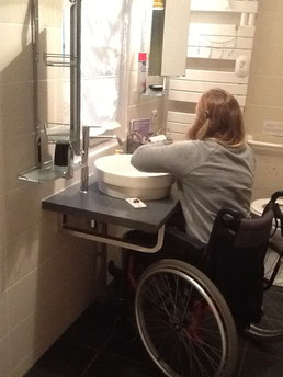 Cette maison est accessible aux personnes à mobilité réduite. Il est possible de se déplacer partout en fauteuil roulant. La chambre de plein pied est ouverte sur une cour où l'on peut entrer la voiture ou monter par une rampe prévue à cet effet. Elle pos