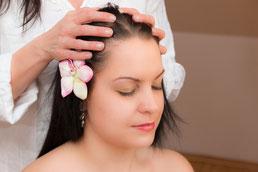 Shirobhyanga ist eine sanft Kopfmassage mit spezellen Kräuterölen und anschließender Ölbehandlung für den Kopf
