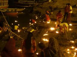 LA cérémonie débute sur la rive