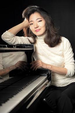Die Pianistin Franziska Lee  spielt auf Einladung der Catoire Musikinitiative am 10. April 2021 im Kleinen Saal der Elbphilharmonie Hamburg