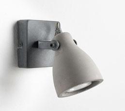 Alliance réussie du métal et du béton, cette applique orientable diffuse une lumière ciblée. Elle trouvera facilement sa place dans toutes les pièces de la maison.
