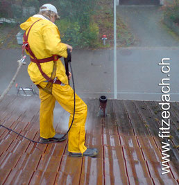Fitze Dach AG der Dachdecker bietet Dachreinigung mit Hochddruck an. Foto: Man sieht den Unterschied nach der Entfernung von Moos und Umweltschmutz sehr gut.