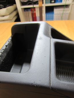 BMW318CIクーペ の センターコンソールボックス の 傷・塗装剥げ(めくれ)・塗装べたつき(ベタベタ)のリペア(修理・修復・再生)前の写真③、取り外し状態