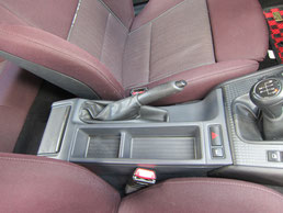 BMW318CIクーペ の センターコンソールボックス の 傷・塗装剥げ(めくれ)・塗装べたつき(ベタベタ)のリペア(修理・修復・再生)後の写真、車内にて①