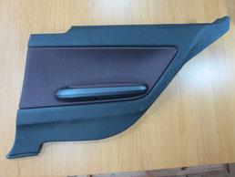 BMW318CIクーペ ドア(内装内張り)ノブの塗装の剥がれ(剥げ)・めくれ・傷・ベタ付き(ネバ付き)のリペア(修理・修復・再生)前の右後部座席肘置きの写真