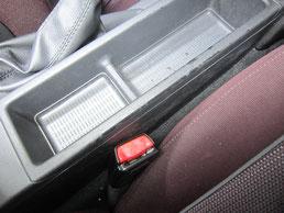 BMW318CIクーペ の センターコンソールボックス の 傷・塗装剥げ(めくれ)・塗装べたつき(ベタベタ)のリペア(修理・修復・再生)前の写真、車内にて②