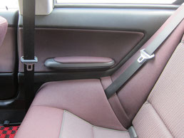 BMW318CIクーペ ドア(内装内張り)ノブの塗装の剥がれ(剥げ)・めくれ・傷・ベタ付き(ネバ付き)のリペア(修理・修復・再生)後の右後部座席の肘置きドアの写真