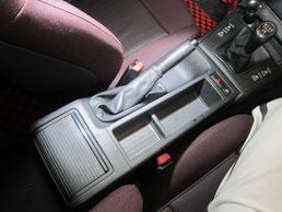 BMW318CIクーペ の センターコンソールボックス の 傷・塗装剥げ(めくれ)・塗装べたつき(ベタベタ)のリペア(修理・修復・再生)前の写真、車内にて①