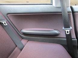 BMW318CIクーペ ドア(内装内張り)ノブの塗装の剥がれ(剥げ)・めくれ・傷・ベタ付き(ネバ付き)のリペア(修理・修復・再生)後の左後部座席肘置きの写真