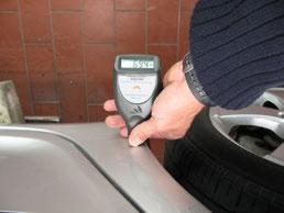 Lackschichtdickenmessung zur Feststellung von Vorschäden bzw. Reparaturqualität und -umfang.