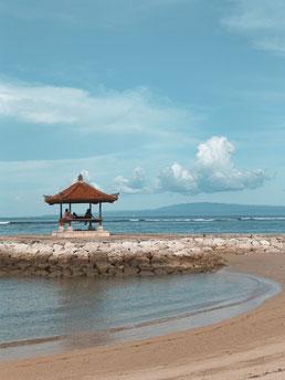 Hütte am Strand von Sanur, Bali, Indonesien.