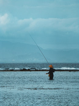 Angler im Meer in Sanur, Bali.