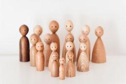 Aufstellung einer Holzfigurenfamilie