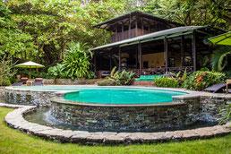 Latitude 10 offenes Haupthaus mit Pool im Vordergrund und Regenwald dahinter