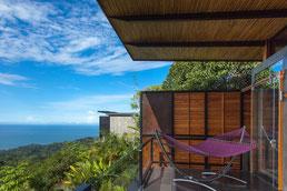 Kura Design Villas Balkon mit Aussicht aufs Meer