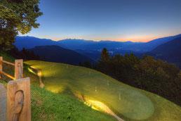 Blick auf den Golfplatz und die Dolomiten
