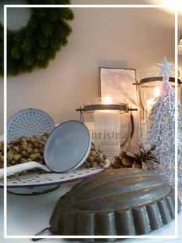 Wunderschöne Deko im Shabby Chic, skandinavischen und französischen Landhausstil: hier altes Emaille, Dattelzweig, Windlicht zu finden in der Sternschnuppe home & garden in Eichelhardt. Schönes für Haus, Hof und Garten.
