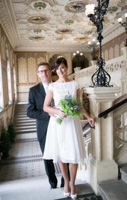 Kurzes Hochzeitskleid für eine Hochzeit im Weingarten