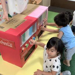 手づくりの自動販売機で自分のつくったジュースを購入します♪