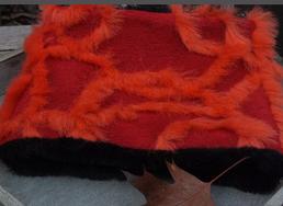 Hundeschal Muster rote Fellstreifen auf rotem Grund schwarze Rückseite
