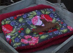 Hundeschal roter Hibiskus auf grauem Cord
