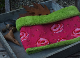 Hundeschal Rosen auf pinkem Cord