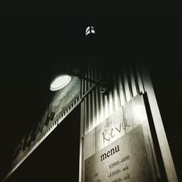 夜の千葉県ヘアサロンモノクロ写真