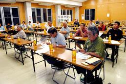 川平湾の堆積物対策について開かれた意見交換会=11日夜、川平公民館