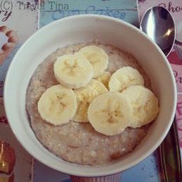 Porridge mit Bananen.