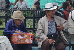 Chinchiná, hombres en la plaza