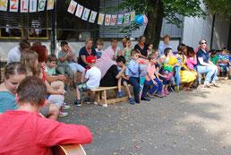 Ein Bild von SchülerInnen beim gemeinsamen Singen.