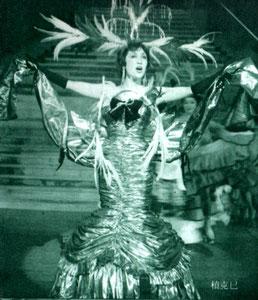 上の写真は1959年『シャンソン・ダムール』星組公演 日本初のワイヤレスマイクから4年後