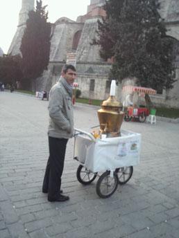 イスタンブールの街路に立つチャイ売り