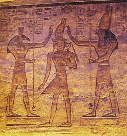 """Initiationsriten finden sich bereits in den antiken Mysterienschulen. Sie sind auch ein beliebtes Thema moderner (Jugend-)Literatur. Eine Initation in die Erwachsenenwelt mit altägyptischer Anspielung findet sich etwa beim """"Fänger im Roggen""""."""