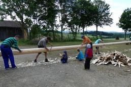 Wie es sich für eine intakte Dorfgemeinschaft gehört, halfen schon beim Herrichten viele Hände mit.
