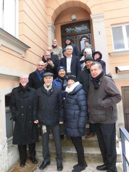 Die Workshop Teilnehmer auf den Stufen der Management Akademie Weimar in der Villa Ingrid