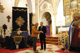 El Hermano Mayor haciéndole entrega de la Insignia de la Cofradía a D. Francisco Romero Zafra