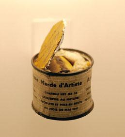 """BERNARD BAZILE BOÎTE OUVERTE DE PIERO MANZONI 1989 Métal, coton, papier hauteur: 10 cm diamètre: 6,5 cm S.N. sur le couvercle à l'encre noire : Piero Manzoni / N°5 (ou 75 ?) La """"boîte"""" est une Merda d'artista (1961) de Piero Manzoni."""