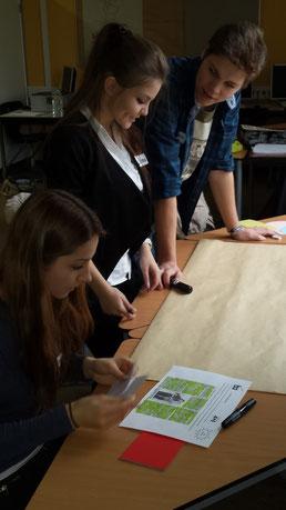 Jasmin, Kristina und Jannis beraten eifrig wie sie für ihr Projektthema die Präsentations-Basics anwenden.