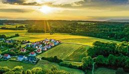 Eine wundervolle Aufnahme der Ortschaft Kettenbach im Sonnenuntergang im Landkreis Neumarkt hat Christian Amthor alias calmar.creativ bei Instagram gepostet.