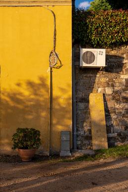 Un climatiseur installé sur une maison