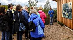 Die Exkursionsgruppe an der Beobachtungshütte. - Foto: Kathy Büscher