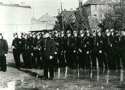 1935 - Löschtrupp in der Adolfstraße / Ecke Schulstraße, angetretene Mannschaftsstärke von 20 Personen, im Hintergrund die Franz-Carl-Achard-Grundschule