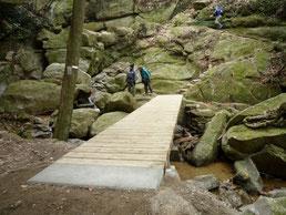 修復された月の輪滝への橋