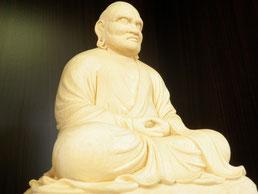 仙人掌の守り神「達磨大師像」