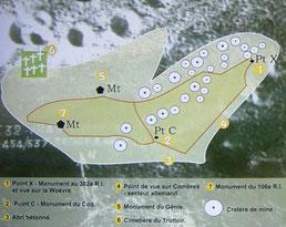 Eine schöne Übersichtstafel der Anhöhe. Die weißen Kreise stellen die Krater dar. Punkt 6 beschreibt den französischen Friedhof, der während der Kämpfe häufig Ausgangspunkt französischer Angriffe war