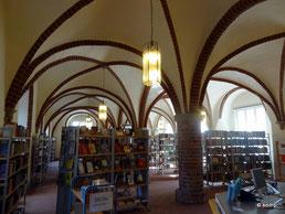 moderne Bücher unter dem alten Gewölbe