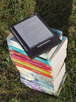 Bücherstapel und ein eBook Reader